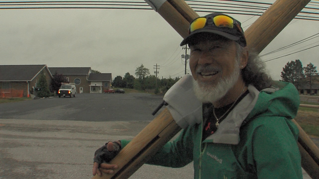 Man carries cross to promote peace, love_126903